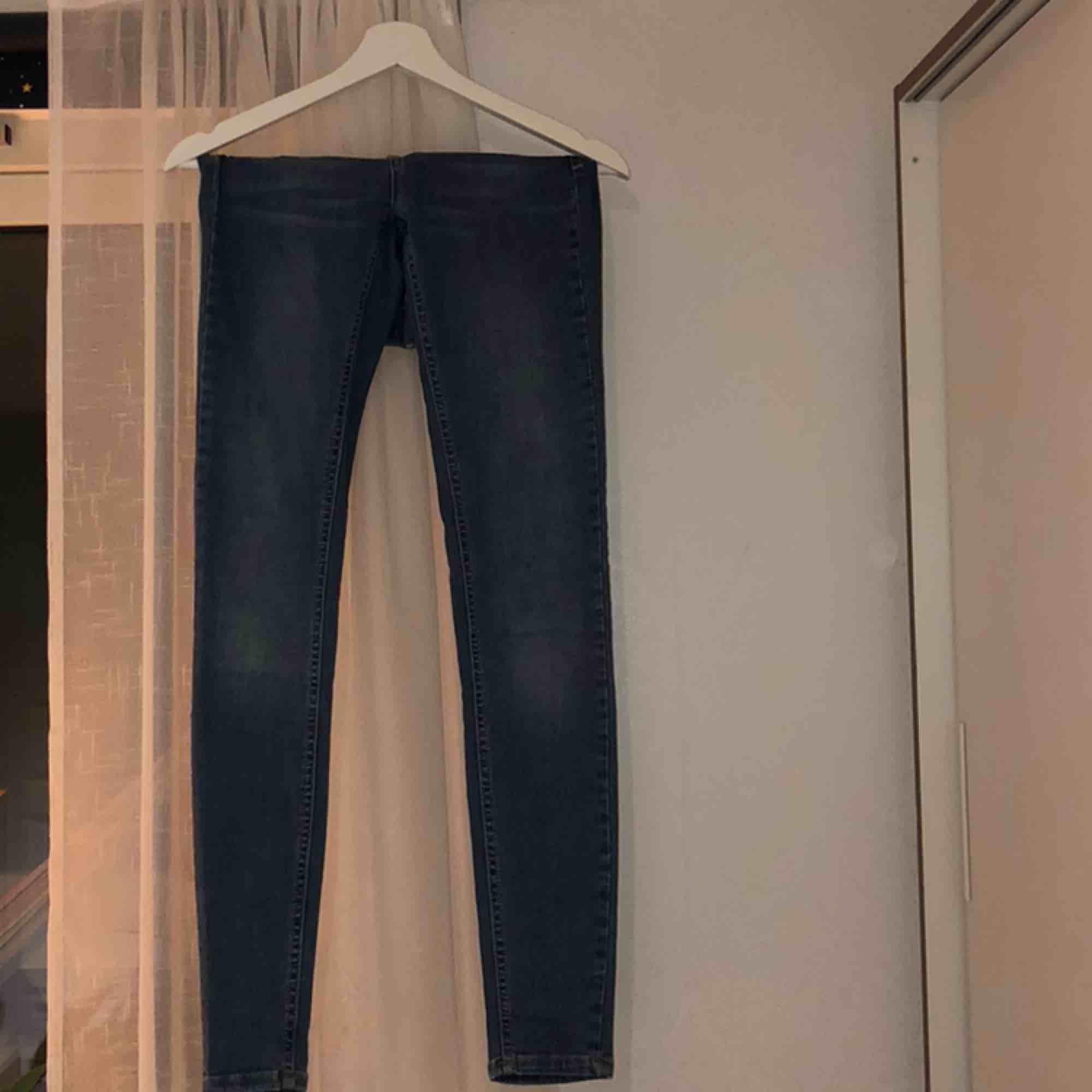 Ljusblå tajta jeans från Gina Tricot. Köpte för ca 2 år sedan för 300kr. Modellen heter Lisa. Mellanhöga i midjan & bra längd på mig (167). Jeans & Byxor.