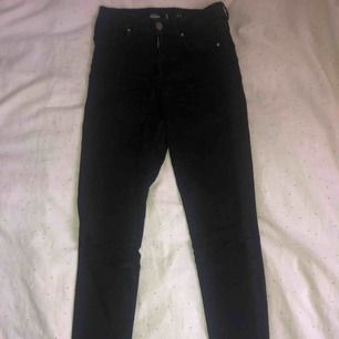 Slitna svarta ankel jeans från bikbok, helt ok skick.
