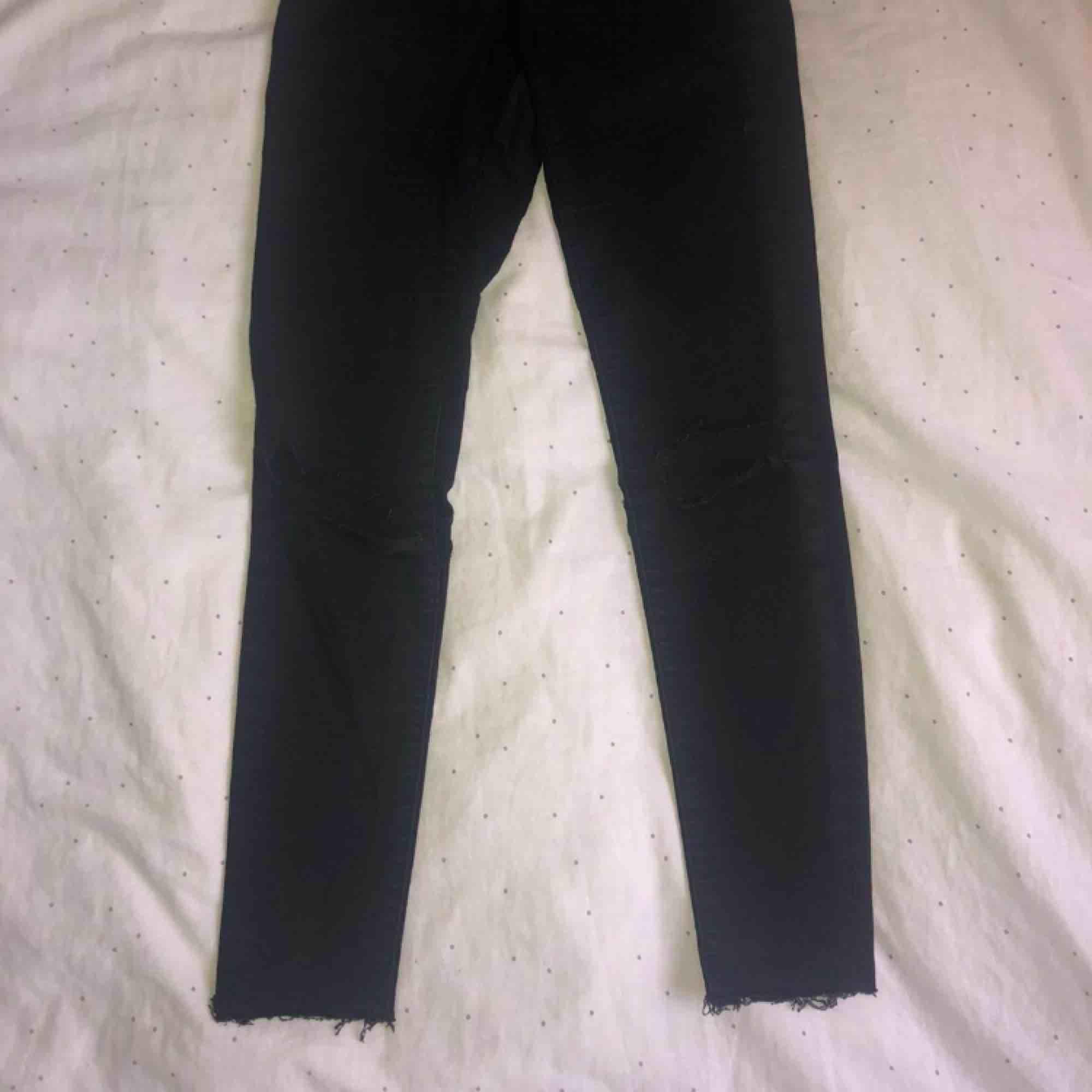 Slitna svarta ankel jeans från bikbok, helt ok skick.. Jeans & Byxor.