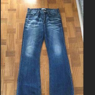 Acne jeans strl 30 är uppsydd för att passa en som är   165cm lång.