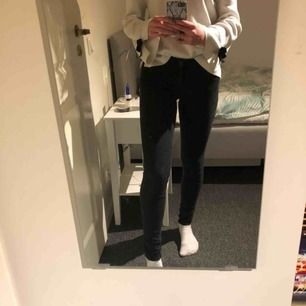 Svarta fina tajta jeans från Gina Tricot. Köptes för 300kr för drygt 2 år sedan. Medelhög midja och bra längd på mig (är 167)