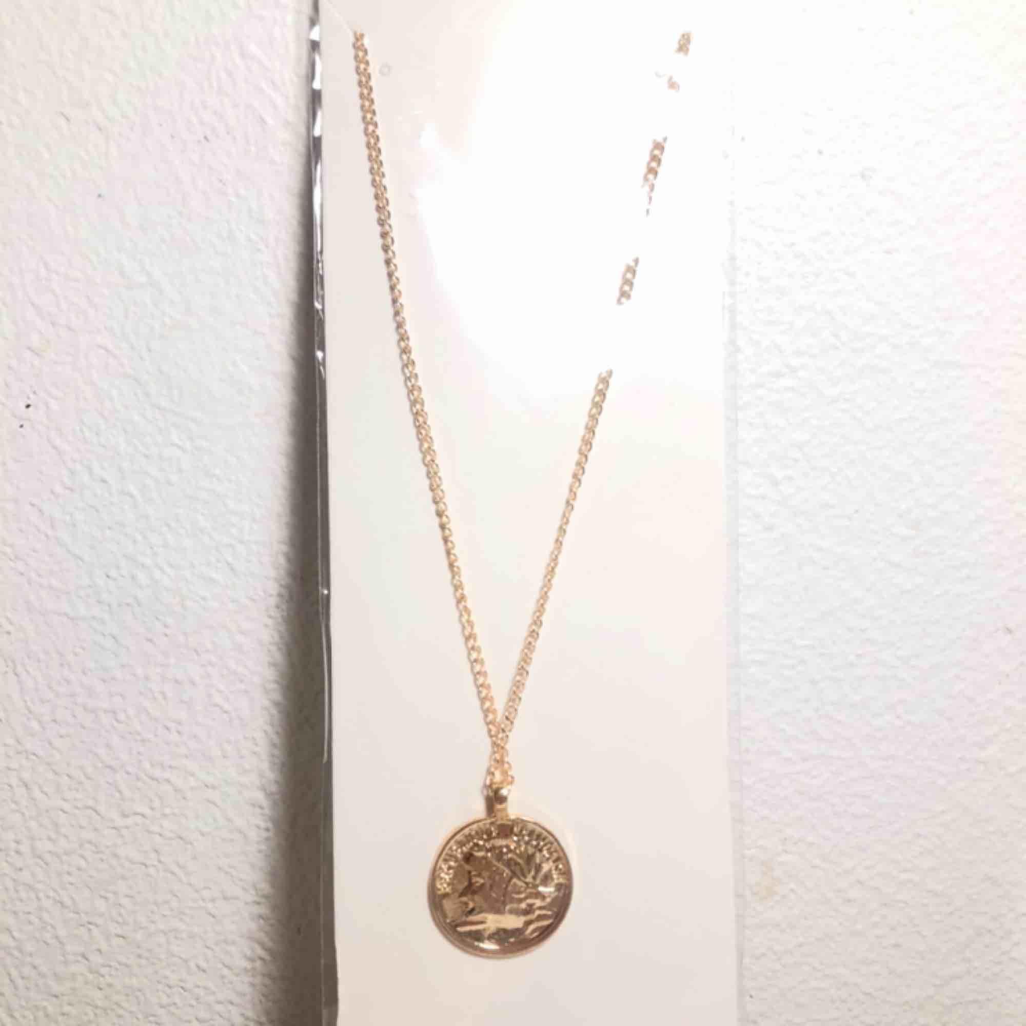 Halsband i guld, råka beställa två av de.  Frakt:9kr. Accessoarer.