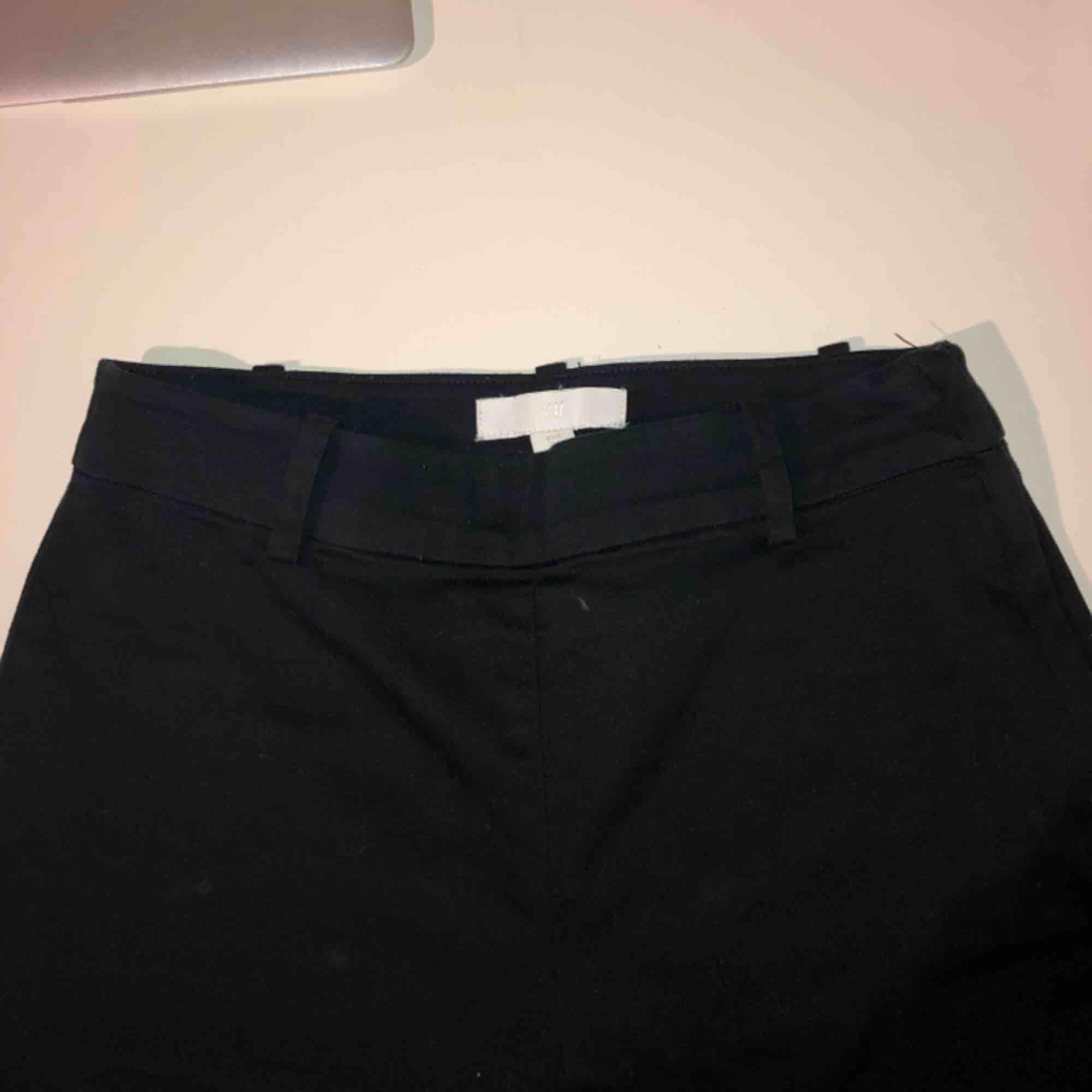 Svarta kostymbyxor från h&m, väldigt sköna. Köptes för nästan ett år sedan för 200kr. Sällan använda pga har liknande. Hög midja, stängs med dragkedja och knapp på sidan. Fakefickor. . Jeans & Byxor.