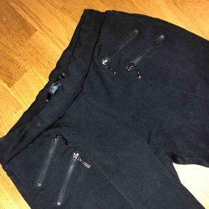 Super fina byxor som inte kom till mycket användning. Sitter super bra på och är bekväma :) frakten ligger på 40 kr. Endast seriösa köpare