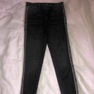 Helt oanvända svarta jeans men revär från bikbok, dock är lappen borttagen. Nypris 599kr.