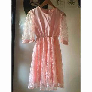En antagligen hemmasydd klänning men uppskattas till en xs-s. Underbar rosa färg med spetsarnas och en spetskjol. Dragkedja längs hela ryggen som gör den lätt att ta på. Vid frakt står köparen för kostnaden 👼🏻