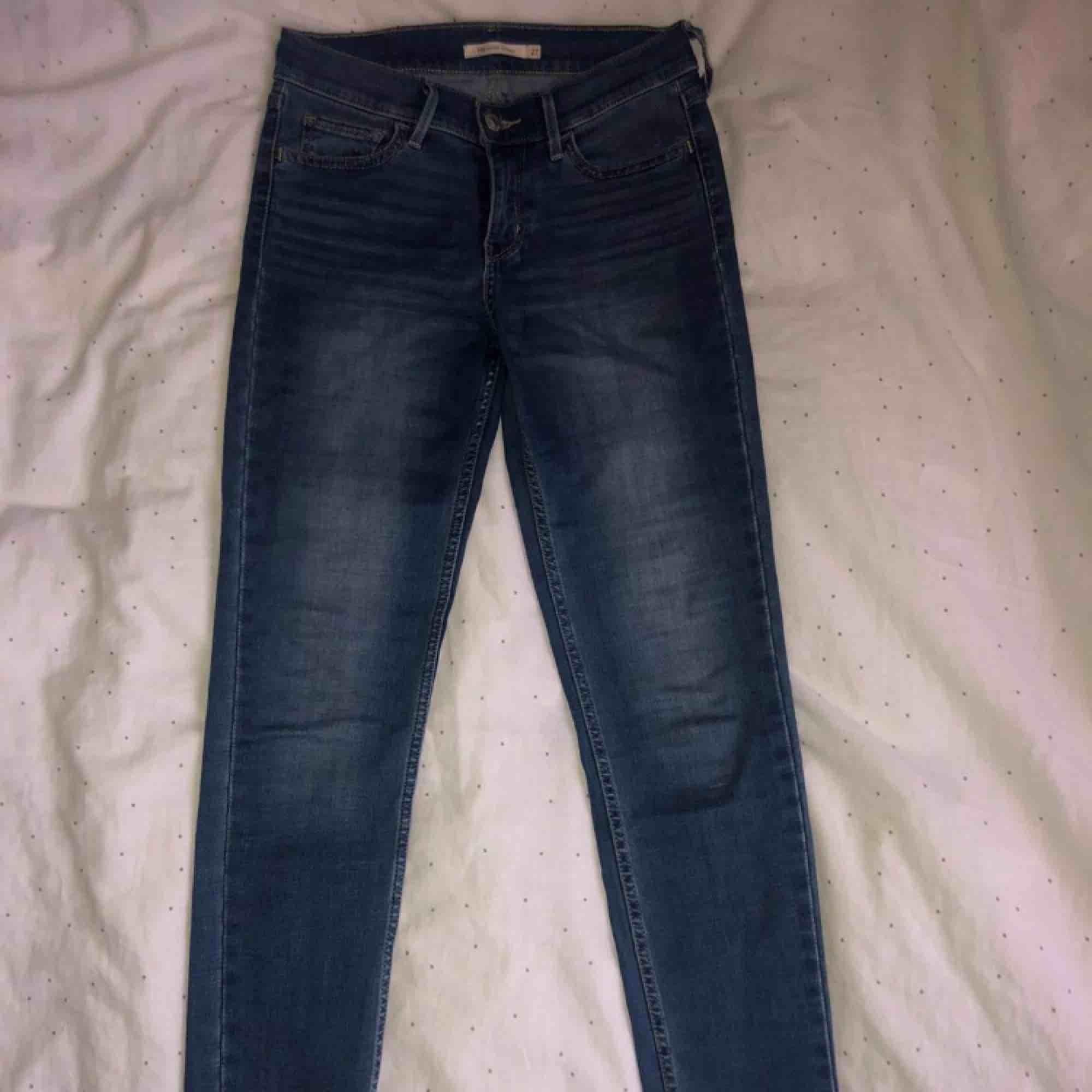 Blå Levis jeans i modellen 710. Lite uppsydda i benen och lite slitna på vissa ställen, kontakta för närmare bilder på det. Pris kan diskuteras.. Jeans & Byxor.