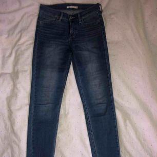 Blå Levis jeans i modellen 710. Lite uppsydda i benen och lite slitna på vissa ställen, kontakta för närmare bilder på det. Pris kan diskuteras.