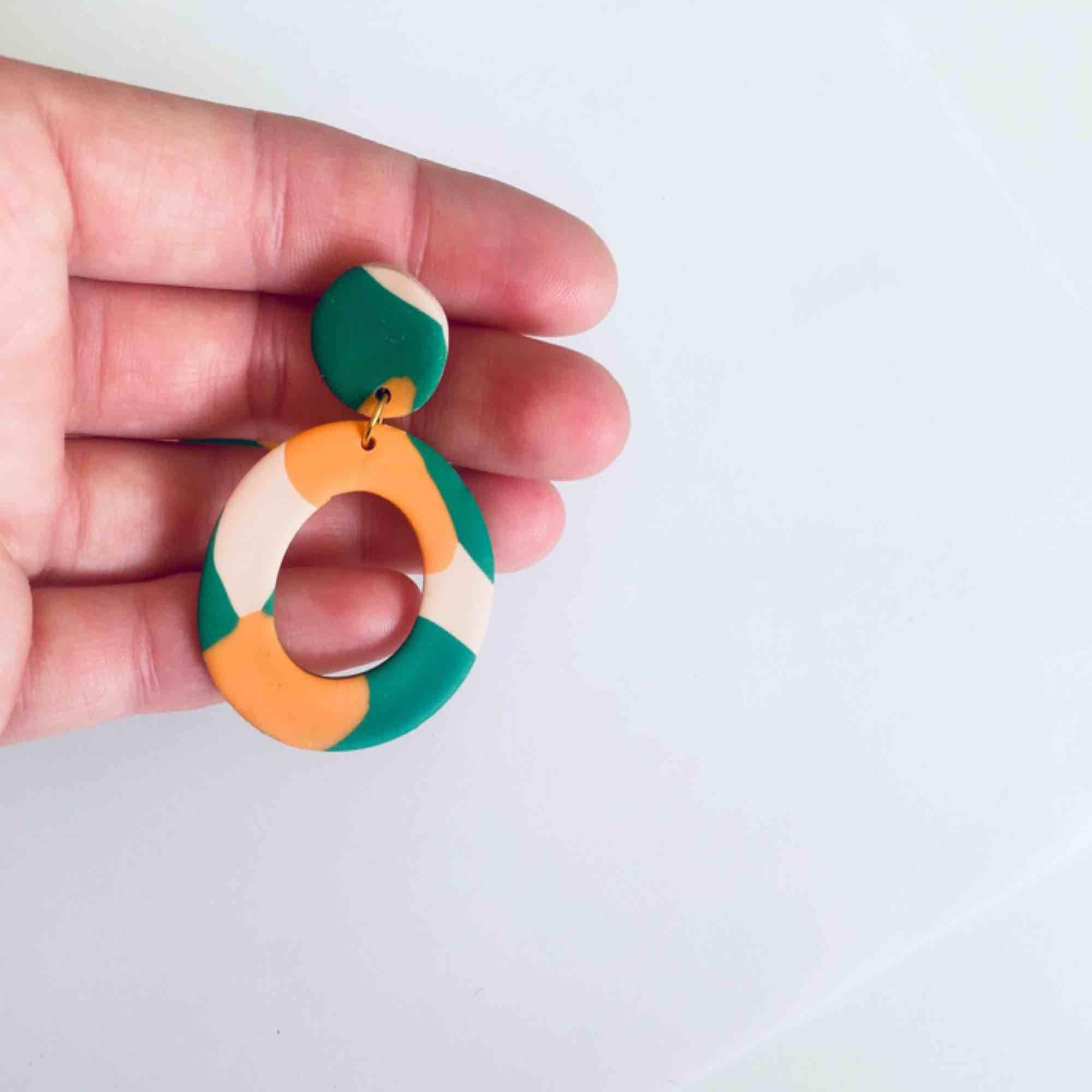 Unika handgjorda örhängen i lera, går att få både med guldiga och silvriga detaljer. •nickelfria •frakt 9kr •insta:dorisclaydesign. Accessoarer.