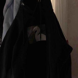 Säljer nu min fina hoodie från STAY. Den är köpt för ca 1 år sen på carlings. Säljer pga att den är för kort i ärmarna på mig!