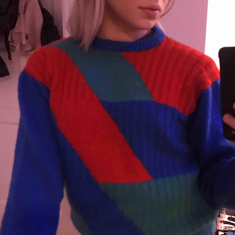 """Jättesnygg vintage stickad tröja!🥰 Köpt på second hand och det står inte vilket märke den är ifrån. Väldigt bra i längden men är frf lite """"puffig"""" i ärmarna så det blir en lagom oversized tröja :). Stickat."""