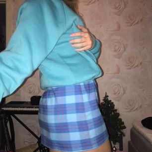 Säljer både hoodie & kjol, i kjolen är det S och tröjan XS. 150kr för kjolen & 200kr för tröjan!! 300kr för båda💧💙