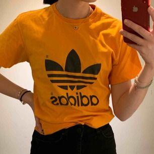 En skit cool Adidas tröja, är köpt på en second hand butik men är fortfarande fräsch.