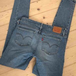 Jeans från Levis, passar mig som har S. litet märke från penna över ena fickan, samt 2 av hällorna för bälte är slitna. iövrigt är de i väldigt bra skick!!!