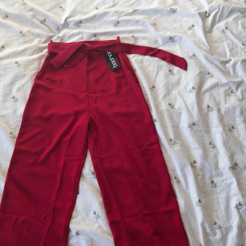 ENDAST PROVADE nya byxor från boohoo med prislapp! Kan mötas upp i Malmö/Arlöv eller fraktas ❤️. Jeans & Byxor.