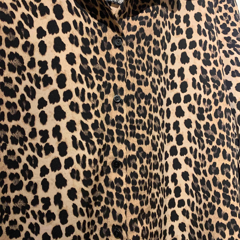 Leopard skjorta/blus från zara. Skjortor.