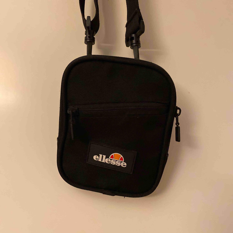 Ellesse väska, aldrig använd (nyskick) Brett brand skit snygg 150+ frakt (ingår ej) Kan mötas också. Accessoarer.