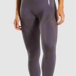 Säljer ett par fina mörkgråa gymshark tights, knappt använda och inget fel på