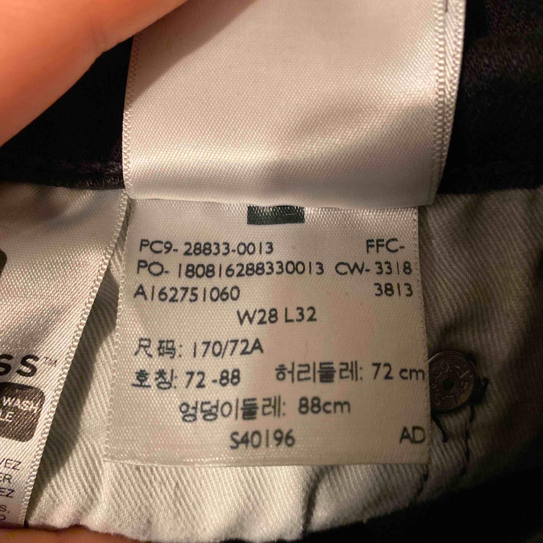 Uppsydda levi's jeans svarta Oanvända pga kan ej få på mig dem Nyköpta för 1099kr men säljer för 350kr Tajt modell Frakt ingår inte, kan mötas. Jeans & Byxor.