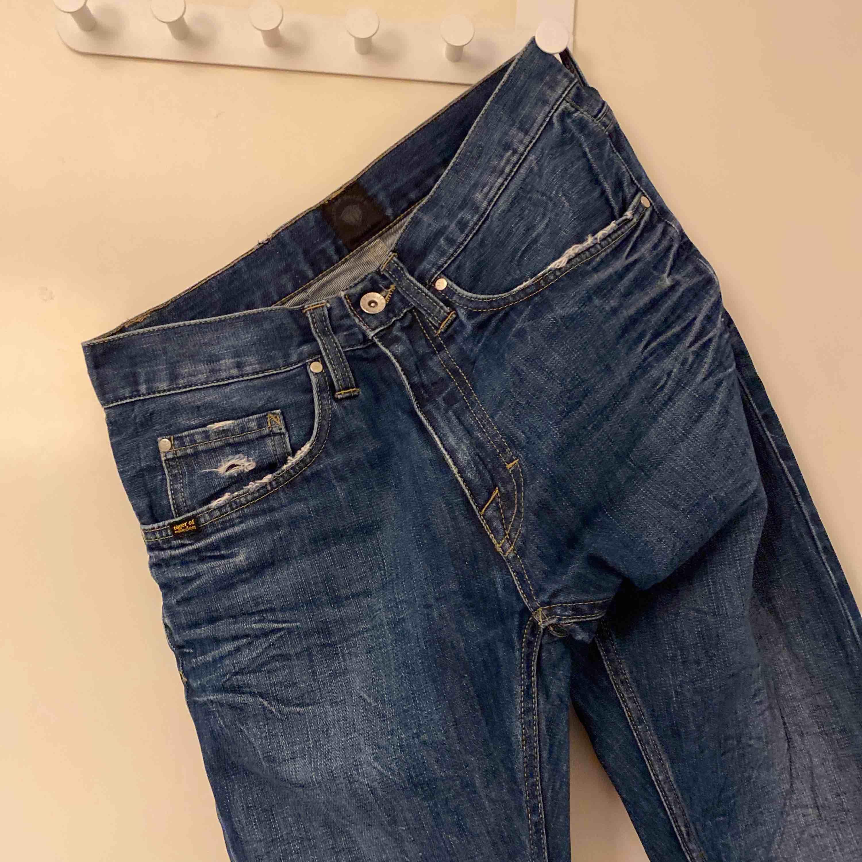 Äkta tiger of sweden jeans Köpta för 999kr men kan ej ha dem längre så säljer bara iväg dem för 200kr (frakt ingår ej) Har as balla slitningar och färgändringar. Jeans & Byxor.