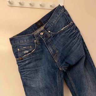 Äkta tiger of sweden jeans Köpta för 999kr men kan ej ha dem längre så säljer bara iväg dem för 200kr (frakt ingår ej) Har as balla slitningar och färgändringar
