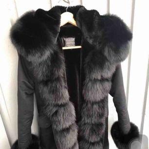 Säljer min vinterparka päls jacka , den är i bra skick. Inga skador eller annat använd endaste under en vinter och är köpt för 3300 Skriv för mer info 😊