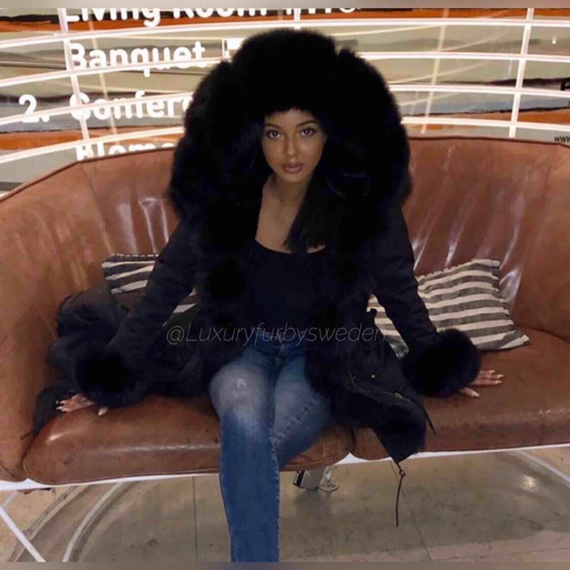 Säljer min vinterparka päls jacka , den är i bra skick. Inga skador eller annat använd endaste under en vinter och är köpt för 3300 Skriv för mer info 😊. Jackor.