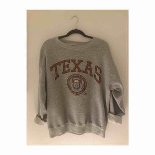 Vintage collagetröja från The University Of Texas. Made in USA! Står XL i den men sitter som en M på mig som kille. Väldigt mysig!