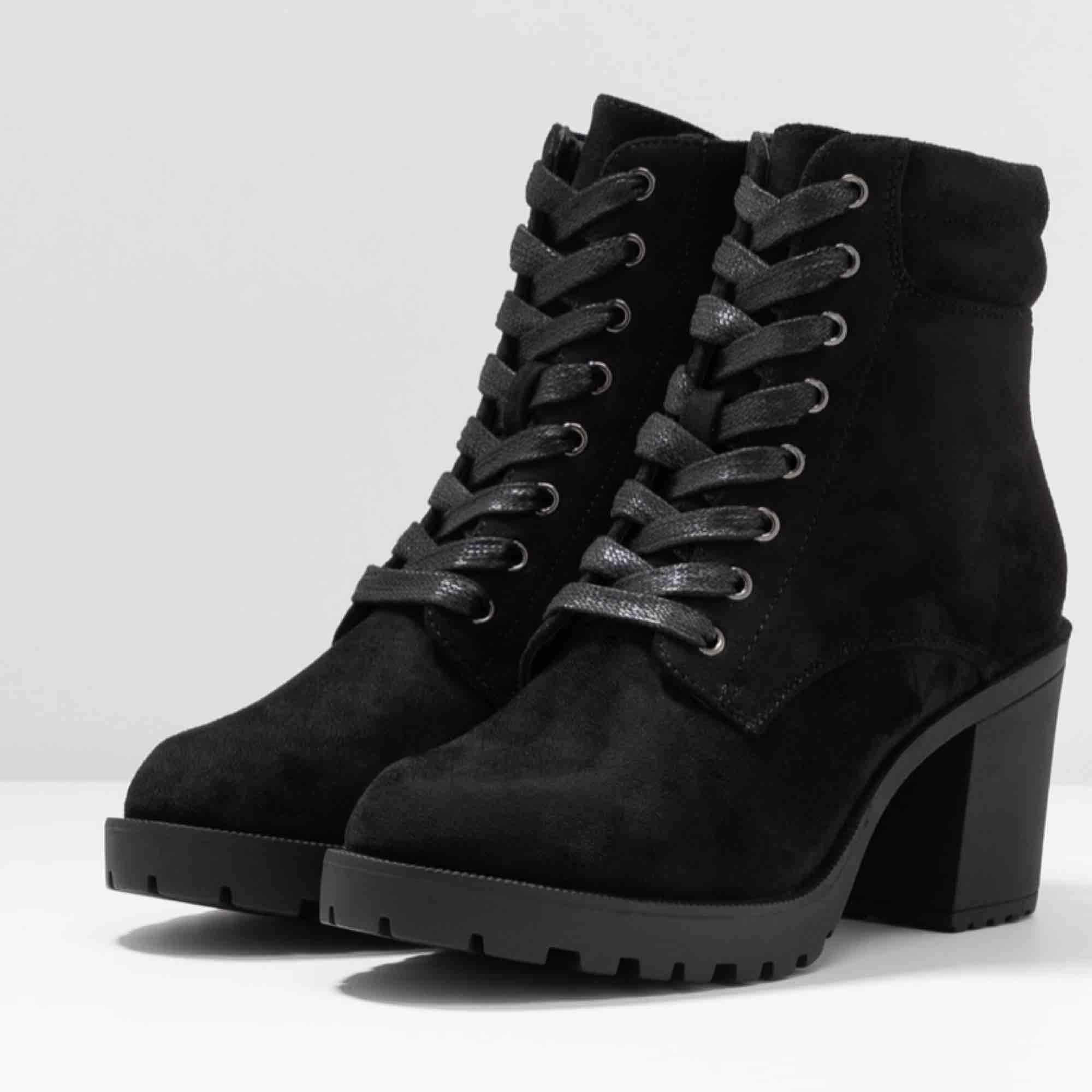 Jag säljer mina Anna Field nya stövletter pga att de är för stora. Jag använder 38.5 och skorna är 39. De är helt nya. . Skor.