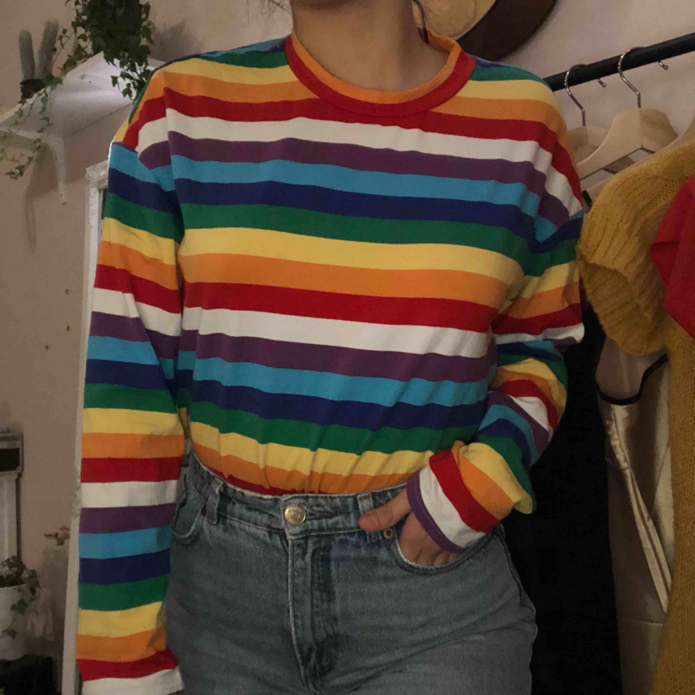 Säljer tröjan pga att jag ville ha den i storlek L och det blev S.  💙💜💚❤️💛 Kunden står för frakten. T-shirts.