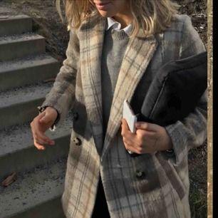 Säljer den populära och slutsålda kappan från H&M! Väldigt eftertraktad i nuläget. Inga skråmor eller liknande, knappt använd pga för stor storlek 😔 inte mina bilder❗️