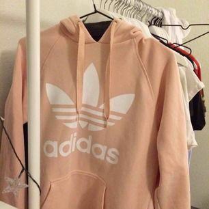 Hoodie från Adidas. Bra skick. Köparen står för frakten.