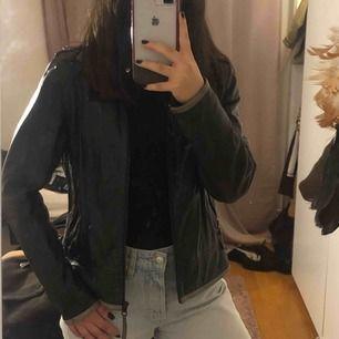 ÄKTA vintage skinnjacka, har fortfarande mycket att ge. Har en rak passform, lite som en skjorta, samt är lite oversized.