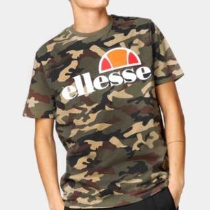 Ellesse T-shirt i camouflage. Använd en gång. Mycket bra skick. Köparen står för frakten.