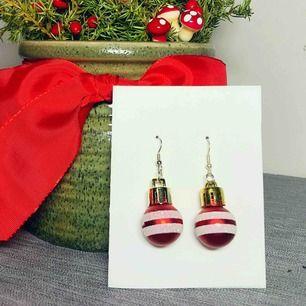 Handgjorda röda julörhängen. Pumlan är ca 25mm hög. Finns även i guld och silver. Nickelfria. Jag bjuder på frakten🥰