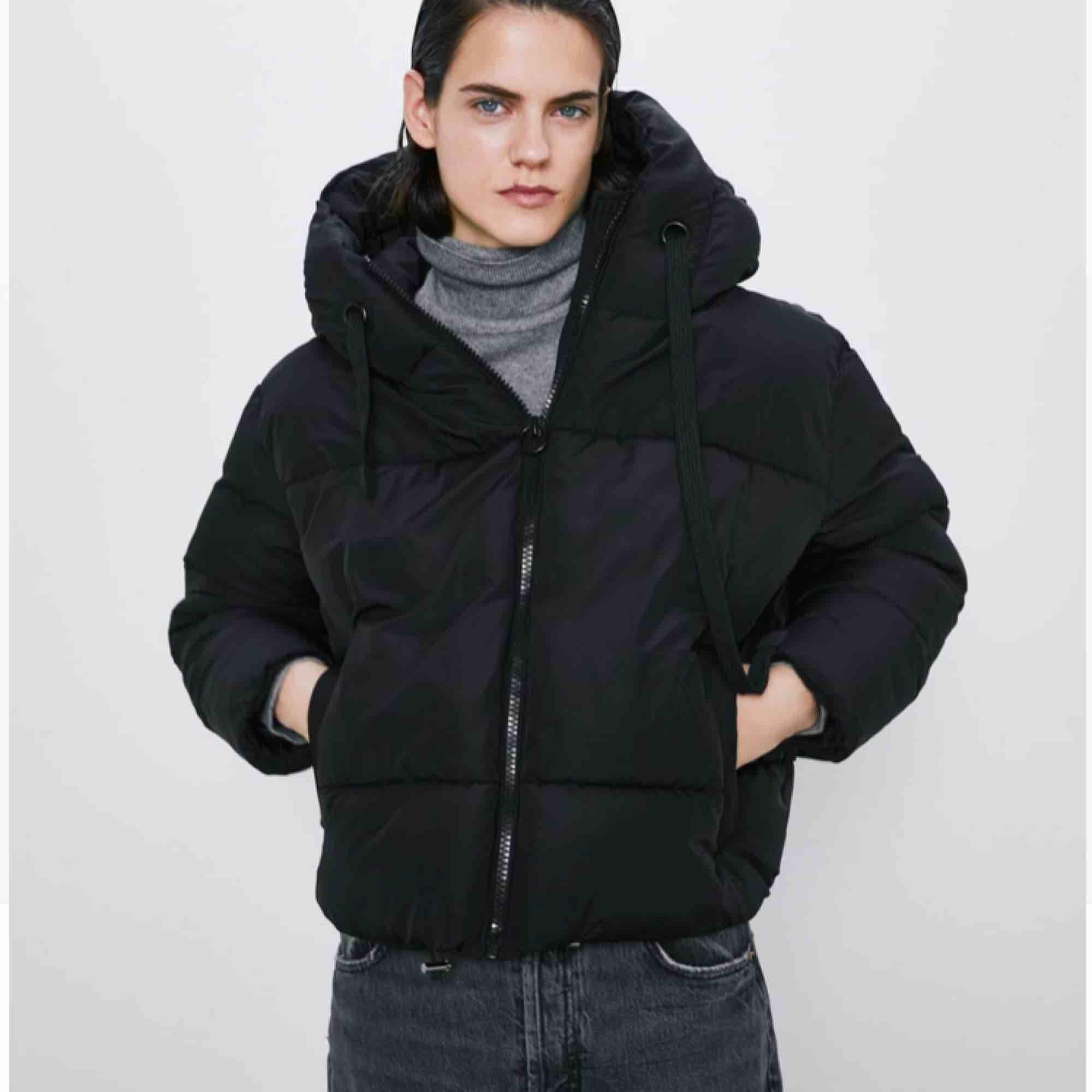 Jättefin och skön jacka ifrån Zara! Endast använd ett fåtal gånger, säljes på grund av felköp av storlek. Nypris 549 :-. Jackor.