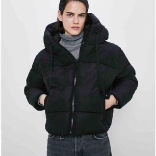 Jättefin och skön jacka ifrån Zara! Endast använd ett fåtal gånger, säljes på grund av felköp av storlek. Nypris 549 :-
