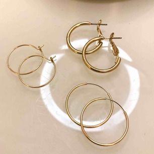 Superfina guldiga örhängen som aldrig använts. Inte ens testade! Köpte dom bara för ett par andra örhängen som följde med. 15kr/st eller 40kr för alla. Frakt 9kr❣️