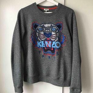 (Inte mig bild) Säljer nu min kenzo tröja, exakt en sån som på bilden.  Den är äkta och har inga skador. Inte alls använd mycket, använt max 4 gånger. Det är en unisex. Kan fraktas och mötas upp.