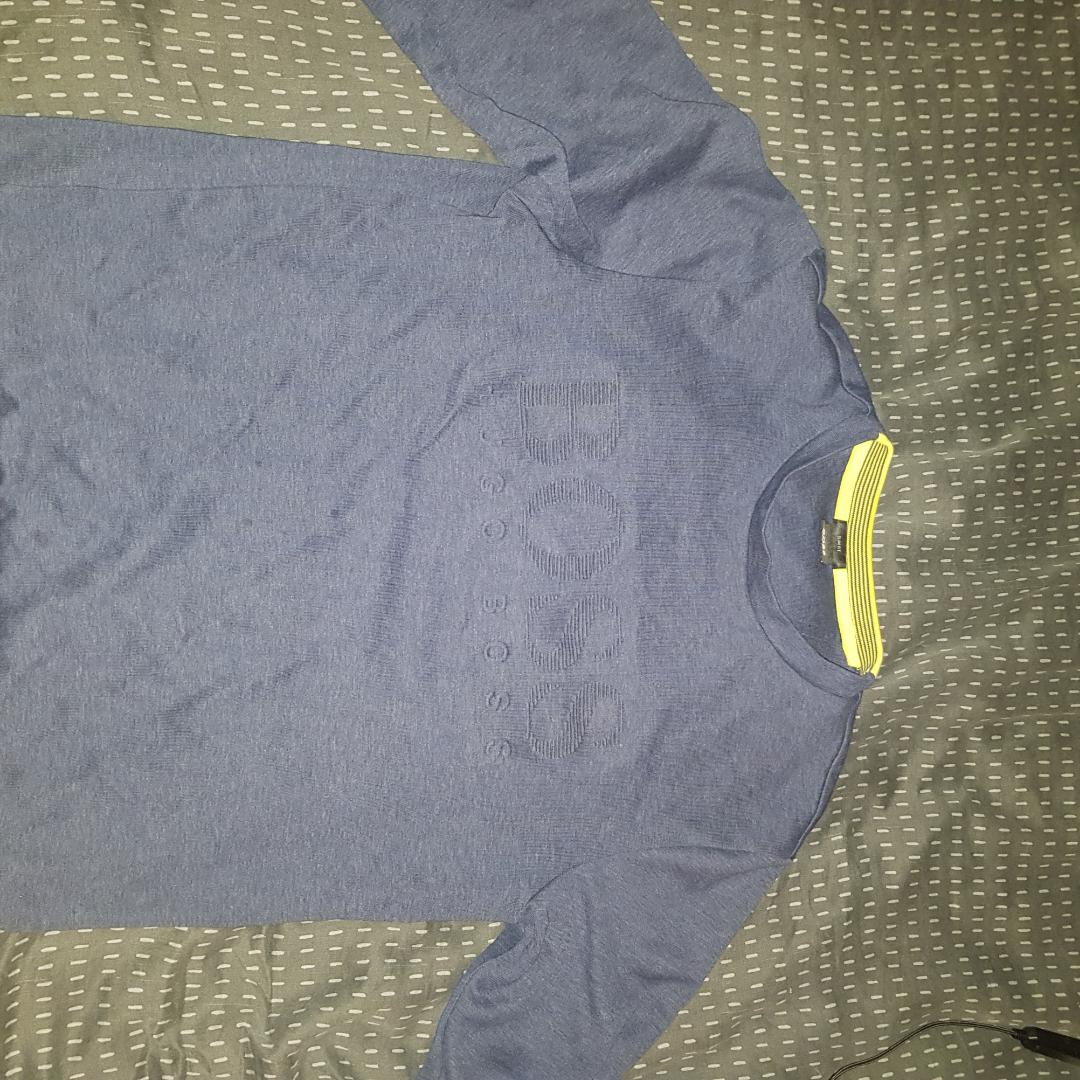 En långärmad Hugo boss tröja  Bara använd ett fåtal gånger, säljs pga fel storlek  Storlek M (Slim fit) . Övrigt.