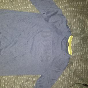 En långärmad Hugo boss tröja  Bara använd ett fåtal gånger, säljs pga fel storlek  Storlek M (Slim fit)