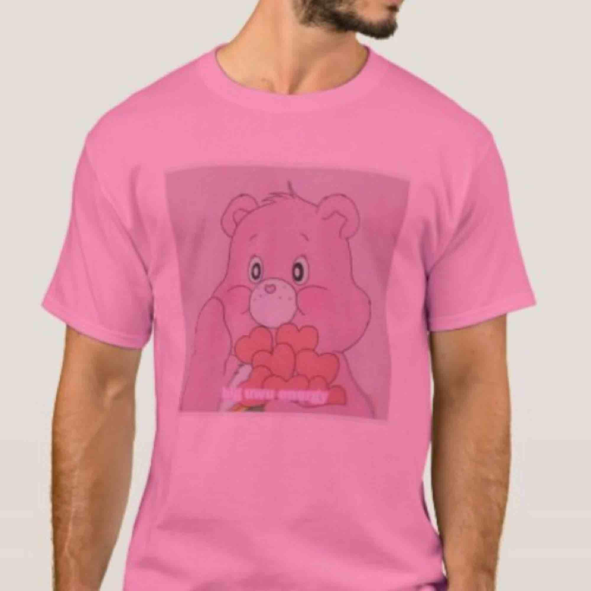 """""""Big uwu energy"""" t-shirt från min care bear kollektion!💗  Mer om frakt i min profil!. T-shirts."""