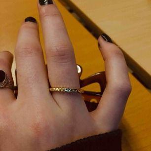 Sjukt ball och simpel ring. Jag brukar använda den som komplement till större ringar!