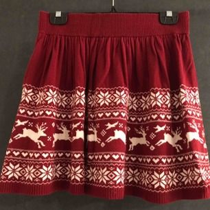 Kjol med julmotiv! Använd fåtal gånger, fortfarande i fint skick. Kan hämtas eller skickas via posten.
