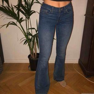 Supersnygga bootcut jeans från Zara. Använda väl men varsamt så de är i bra skick. Frakt står köparen för (ca 50kr) 💓