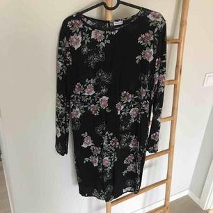 Klänning med mönster  Från jaqueline de yong  Mycket fint skick använd en gång  Frakt tillkommer