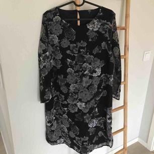 Klänning med mönster   Från ellos 3/4 ärm  Mycket fint skick använd en gång  Frakt tillkommer
