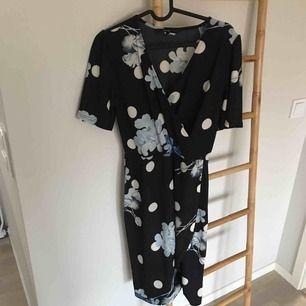 Klänning med mönster   Från vero Moda Storlek m    Mycket fint skick använd en gång   Frakt tillkommer