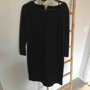 Svart basklänning  Med dragkedja i nacken  Lite Tvättludd finns se bild  Frakt tillkommer