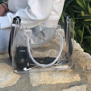 Intressekoll på superfin genomskinlig väska från nakd, nelly eller någon liknande sida💚 man kan sätta på vilket band man vill, bandet som sitter på medföljer inte💕💘 Budgivning pågår!💖